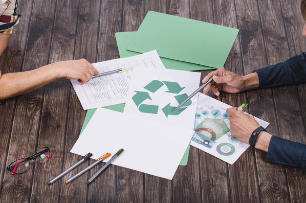 equipo-rescate-que-hace-discusion-escritorio-madera-reciclado_23-2147890203